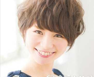 女生齐刘海短发发型 齐刘海短发烫发发型显?#20204;?#26149;活力